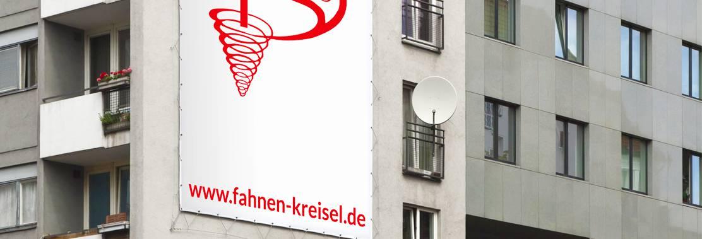 Am Hochhaus angebrachte Fassadenwerbung auf PVC-beschichtetem Netzvinyl